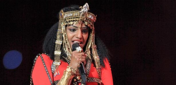 Cantora M.I.A. se apresenta com Madonna durante o Super Bowl de fevereiro de 2012