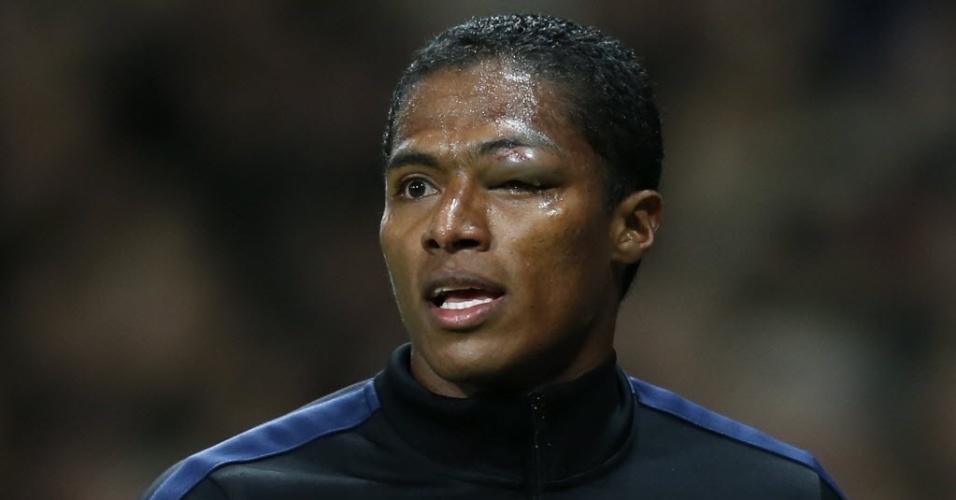 19.mar.2014 - Antonio Valencia precisou deixar o gramado após machucar o olho em dividida no primeiro tempo de Manchester United e Olympiakos pelas oitavas de final da Liga dos Campeões