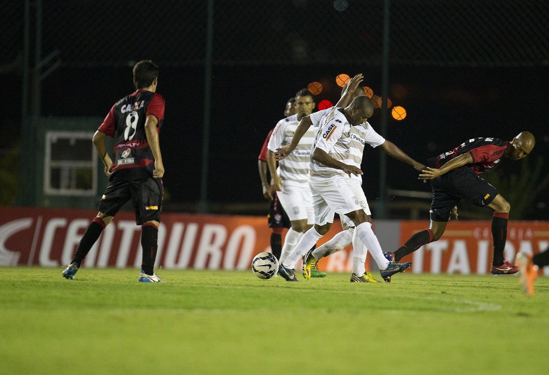 19.mar.2014 - Atacante Dinei, do Vitória, procura a bola durante confronto contra o J. Malucelli, pela Copa do Brasil