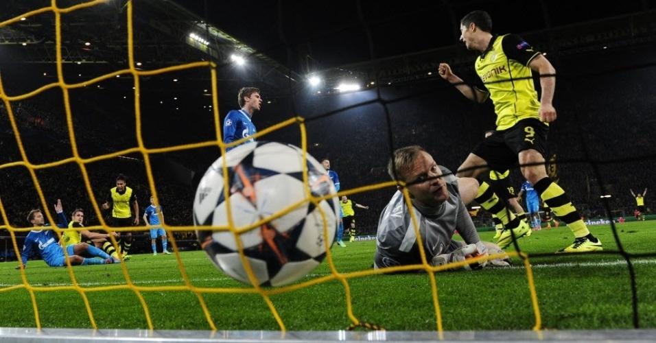19.mar.2014 - Goleiro do Zenit, Vyacheslav Malafeev observa a bola estufar as redes no gol de Sebastian Kehl para o Borussia Dortmund