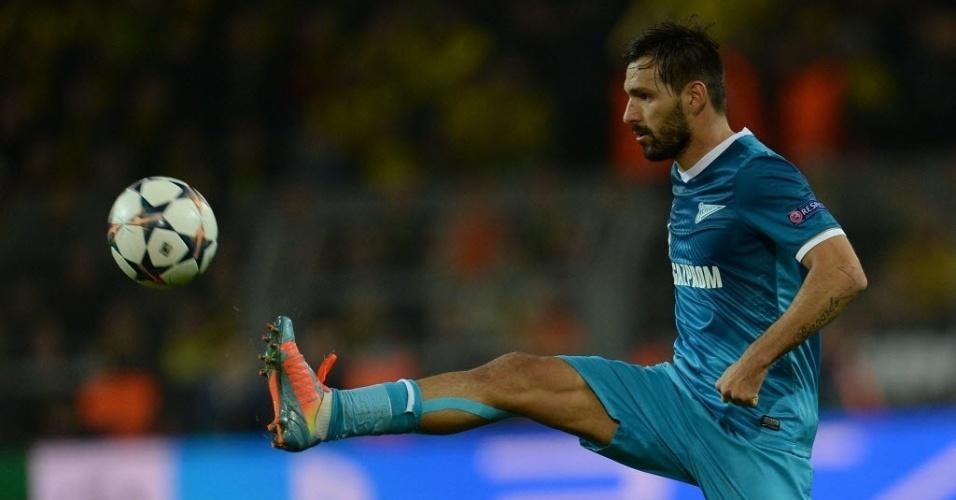 19.mar.2014 - Miguel Danny, meia do Zenit, tenta dominar a bola durante o jogo de volta das oitavas de final da Liga dos Campeões contra o Borussia Dortmund