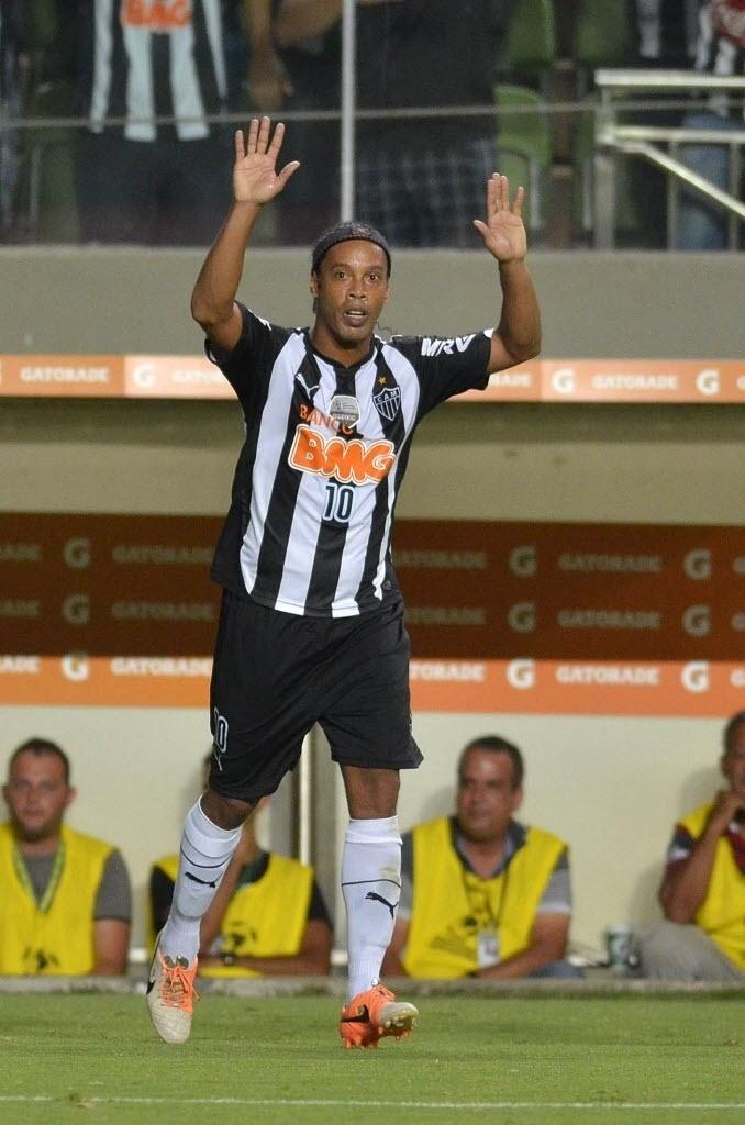 19.mar.2014 - Ronaldinho Gaúcho comemora após converter pênalti e abrir o placar para o Atlético-MG contra o Nacional, do Paraguai