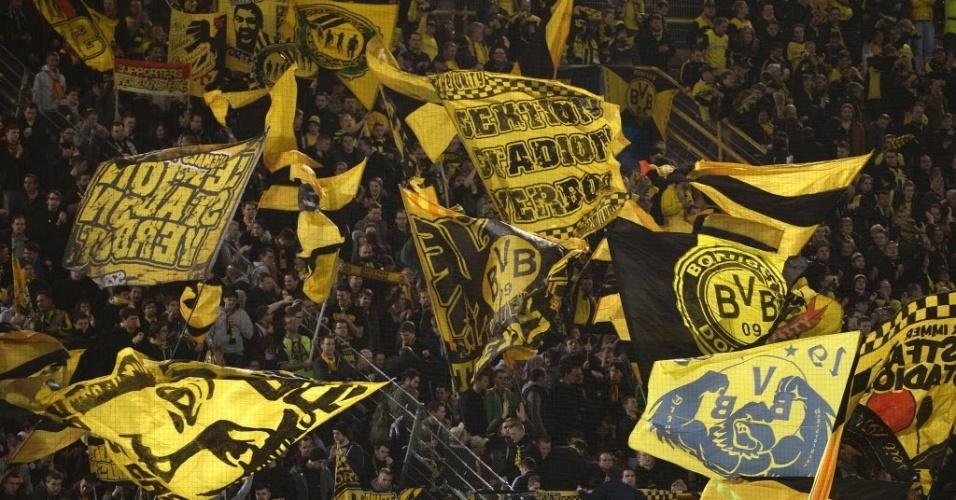 19.mar.2014 - Torcida do Borussia Dortmund faz festa nas arquibancadas antes da partida entre contra o Zenit pelas oitavas de final da Liga dos Campeões