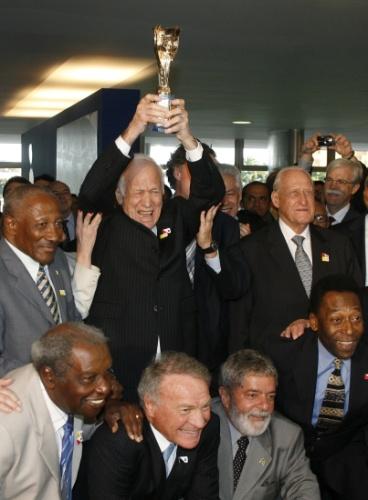 Bellini repete gesto da conquista da seleção na Copa de 1958. Evento em 2008 reuniu atletas que participaram do torneio na Suécia. Bellini já apresentava sinais de Mal de Alzheimer