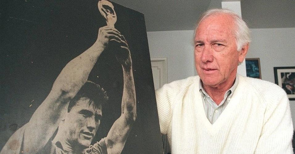 Capitão do primeiro título mundial do Brasil, na Copa de 1958, Bellini morreu aos 83 anos de insuficiência respiratória no dia 20 de março de 2014. O zagueiro imortalizou o gesto de levantar o troféu após um título.