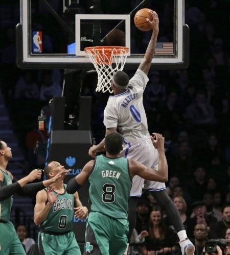 21.mar.2014 - Andray Blatche enterra para o Brooklyn Nets, que jogou de camisa com mangas contra o Boston Celtics