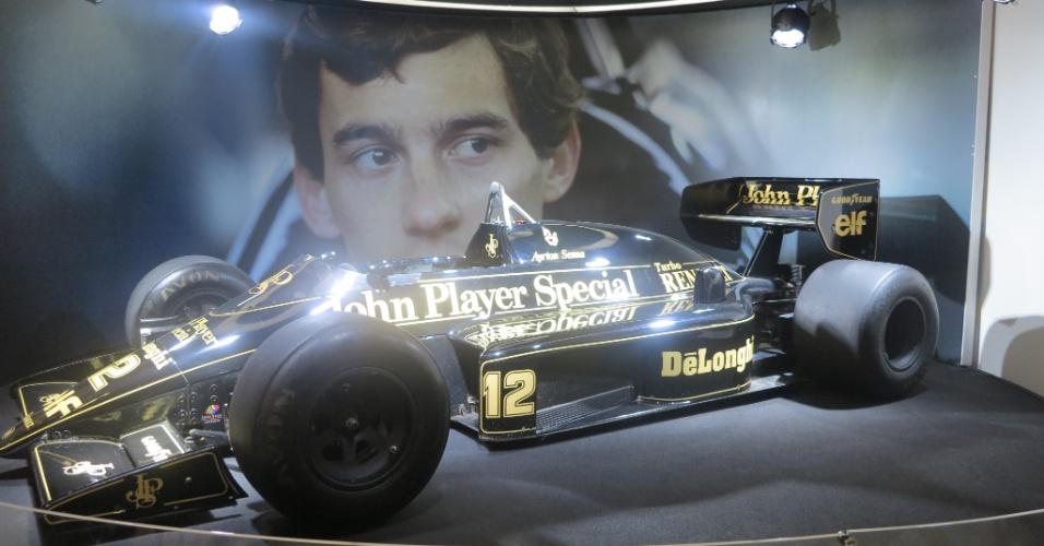 Lotus de Ayrton Senna está em exposição em shopping de São Paulo como parte das comemorações de aniversário do piloto, que completaria 54 anos em 21 de março de 2014. Carro será exibido ao público até dia 21 de abril em São Paulo