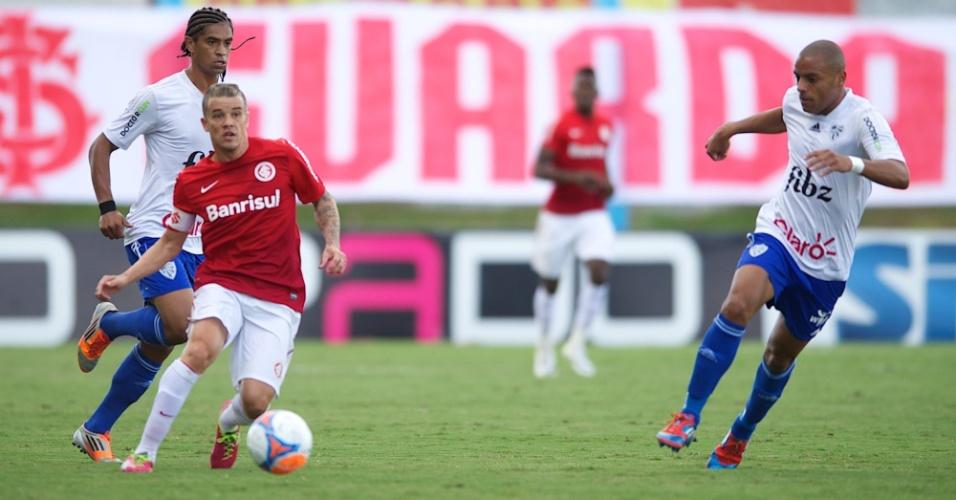 22.mar.2014 - D'Alessandro faz o passe observado por dois jogadores do Cruzeiro-RS