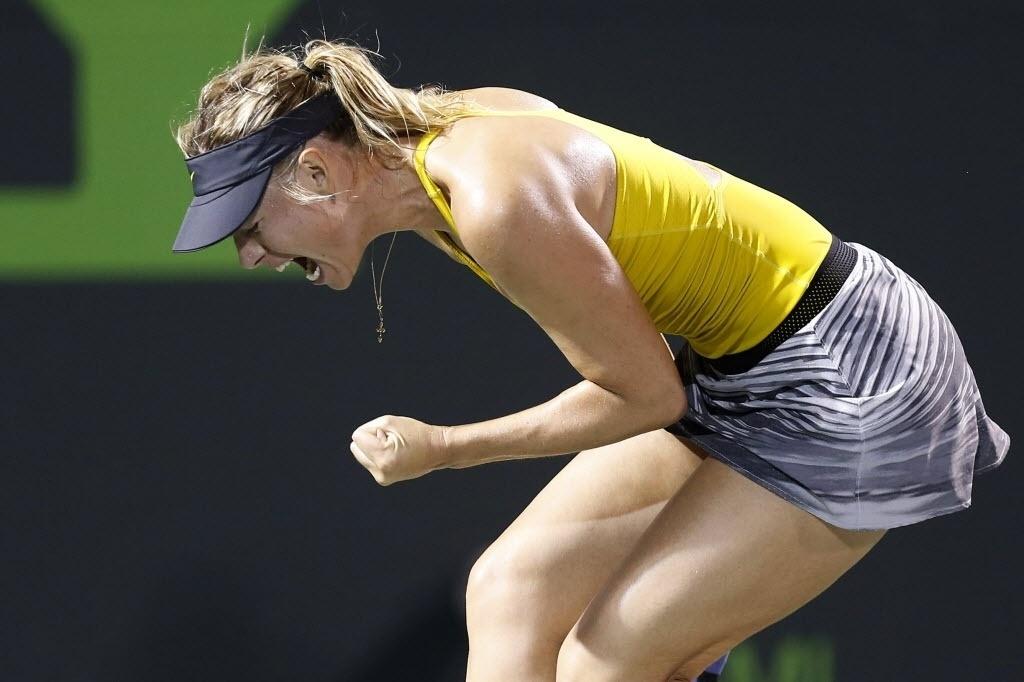 22.mar.2014 - Sharapova comemora na vitória sobre Lucie Safarova. A partida de quase três horas de duração foi vencida por 2 sets a 1