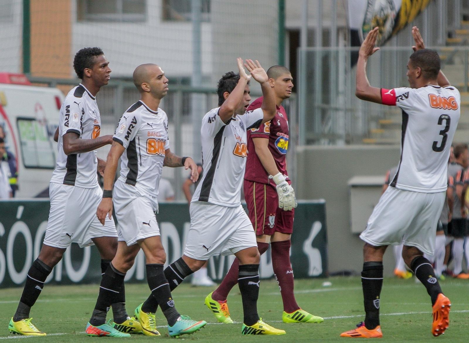 23 mar 2014 - Atacante Guilherme comemora com seus companheiros o gol em cobrança de pênalti sobre o América-MG