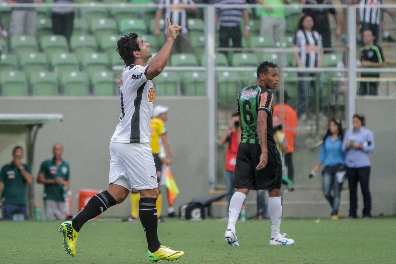 23 mar 2014 - Guilherme substituiu a Ronaldinho Gaúcho contra o América e agrada a parte da torcida que quer sua permanência no time