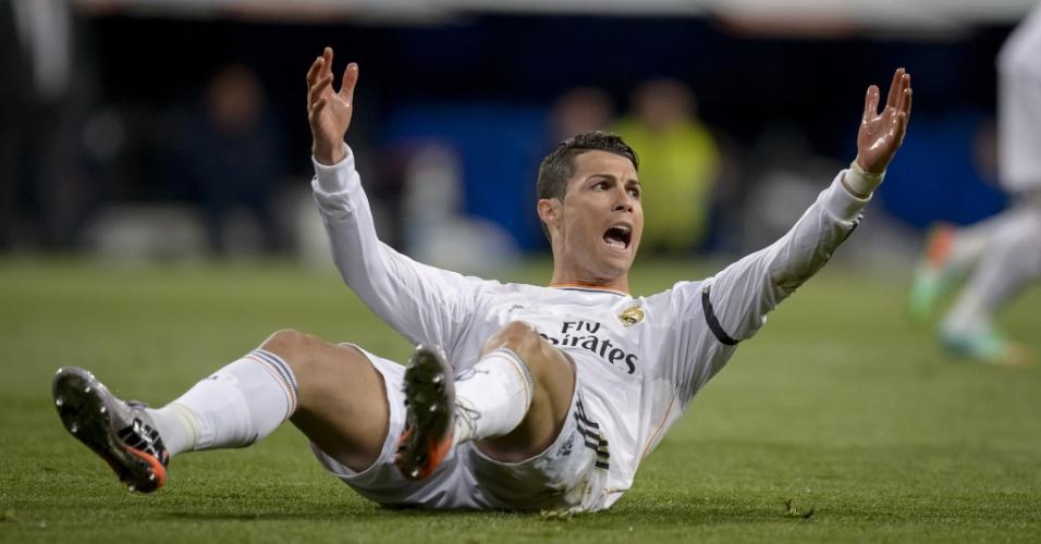 23.03.2014 - Cristiano Ronaldo reclama de falta no clássico entre Real Madrid e Barcelona