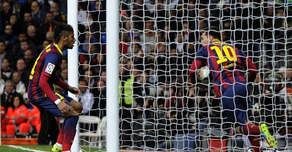 23.03.2014 - Messi corre para pegar a bola, perto de Neymar. Ele marcou três gols na vitória sobre o Real Madrid