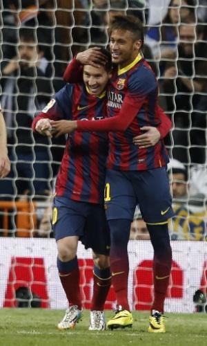 23.03.2014 - Messi e Neymar se abraçam após mais um gol do argentino na vitória de 4 a 3 sobre o Real