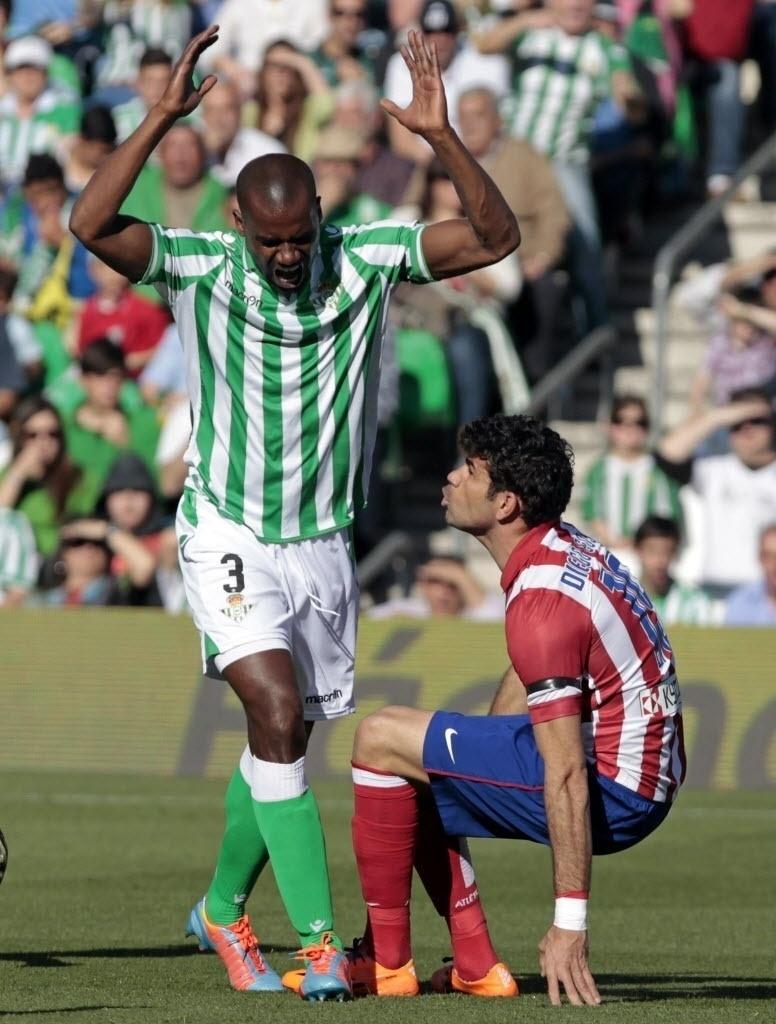 23.03.2014 - Paulão reclama com Diego Costa após acertar partes íntimas do hispano-brasileiro