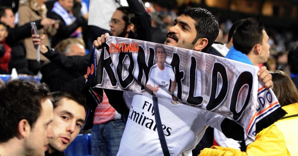 23.03.2014 - Torcedor do Real Madrid mostra admiração por Cristiano Ronaldo antes do superclássico