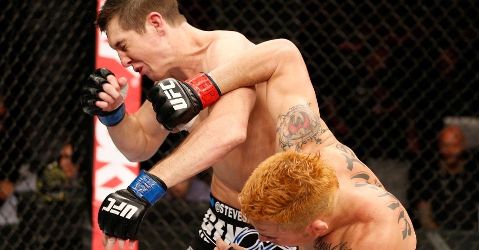 23.mar.2014 - Brasileiro Rony Jason nocauteia Steven Siler na primeira luta do card principal do UFC Natal