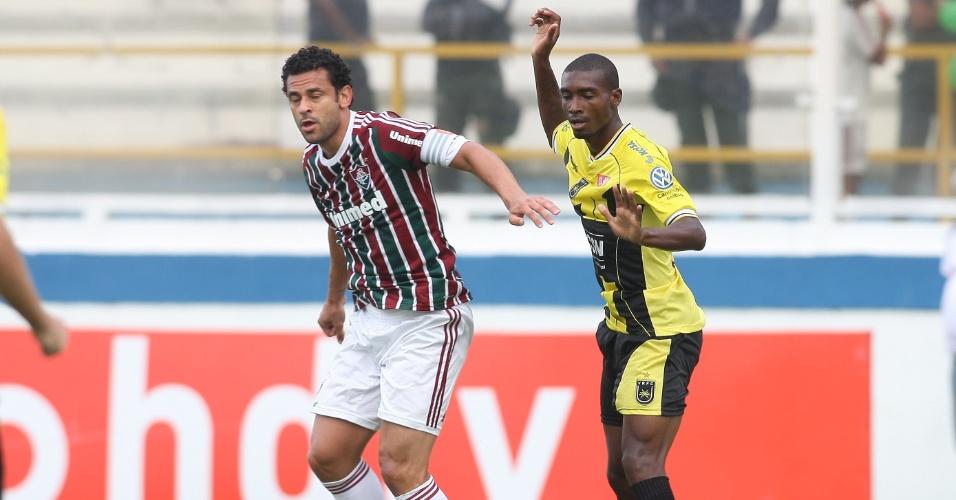 Atacante do Fluminense Fred (e) disputa a jogada no duelo contra o Volta Redonda