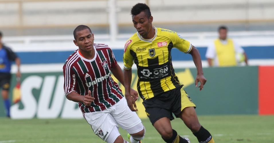 Atacante do Fluminense Walter (e) disputa a jogada no duelo contra o Volta Redonda
