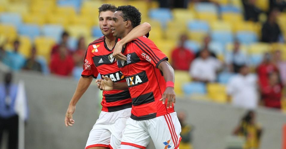 Jogadores do Flamengo comemoram gol sobre a Cabofriense