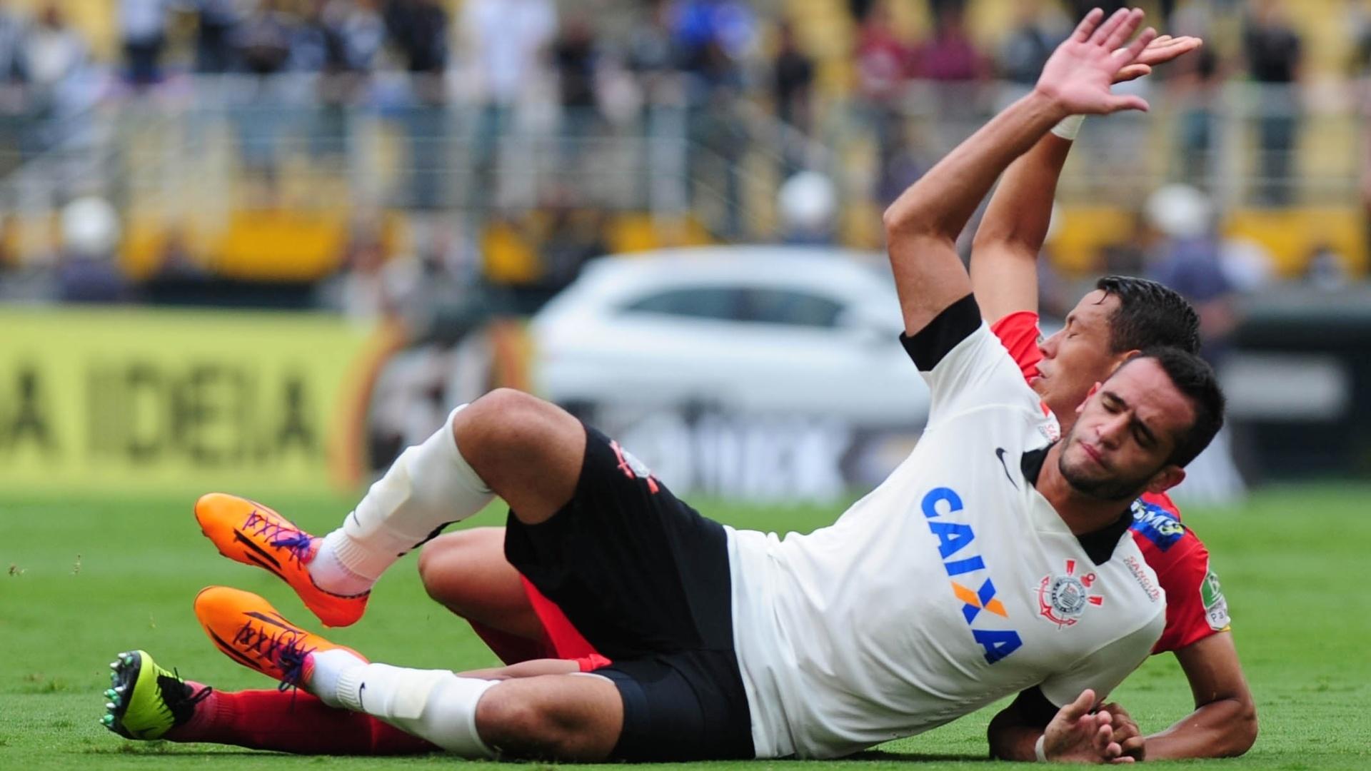 Meia corintiano Renato Augusto vai ao chão no duelo contra o Atlético Sorocaba no Pacaembu