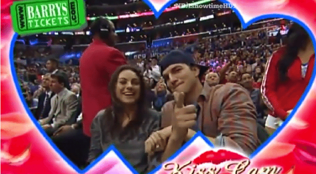 Mila Kunis e Ashton Kutcher são alvo da câmera do beijo e não decepcionam