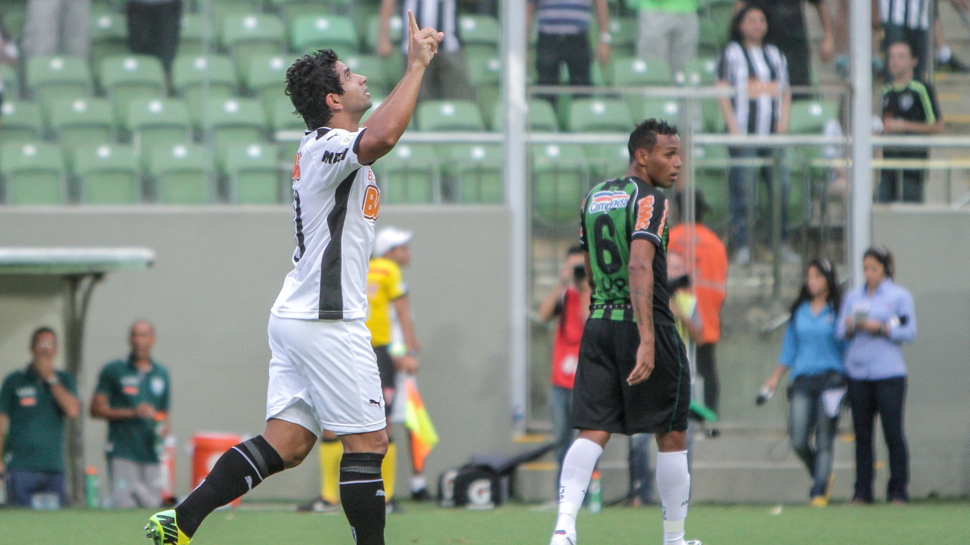 23 mar. 2014 - Atacante Guilherme comemora gol na vitória do Atlético-MG sobre o América-MG, por 4 a 1, no Independência