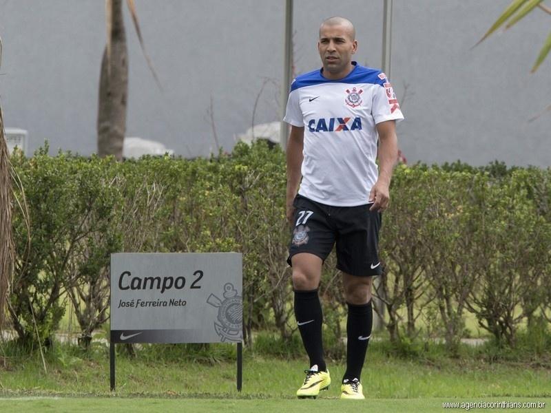Emerson Sheik, atacante do Corinthians, caminha no CT Joaquim Grava durante um treinamento