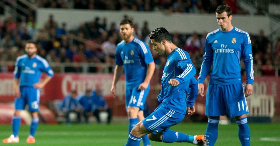 26.MAR.2014 - Cristiano Ronaldo chuta para abrir o placar para o Real Madrid na partida contra o Sevilla pelo Campeonato Espanhol