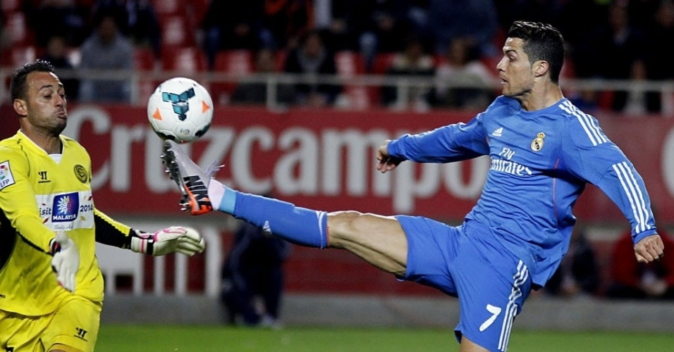 26.mar.2014 - Cristiano Ronaldo domina a bola durante a partida entre Real Madrid e Sevilla pelo Campeonato Espanhol