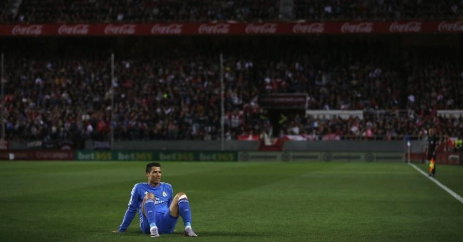 26.mar.2014 - Cristiano Ronaldo senta no gramado durante o jogo entre Real Madrid e Sevilla pelo Campeonato Espanhol