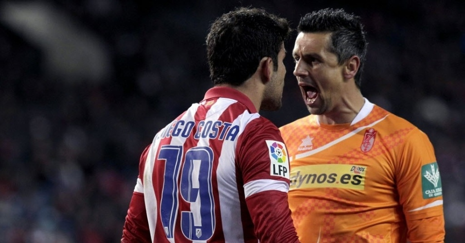 26.mar.2014 - Diego Costa discute com o goleiro do Granada, Roberto, durante jogo válido pelo Campeonato Espanhol
