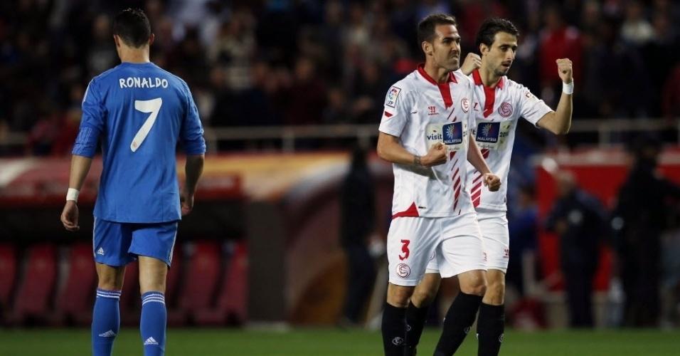 26.mar.2014 - Jogadores do Sevilla comemoram a vitória sobre o Real Madrid pelo Campeonato Espanhol