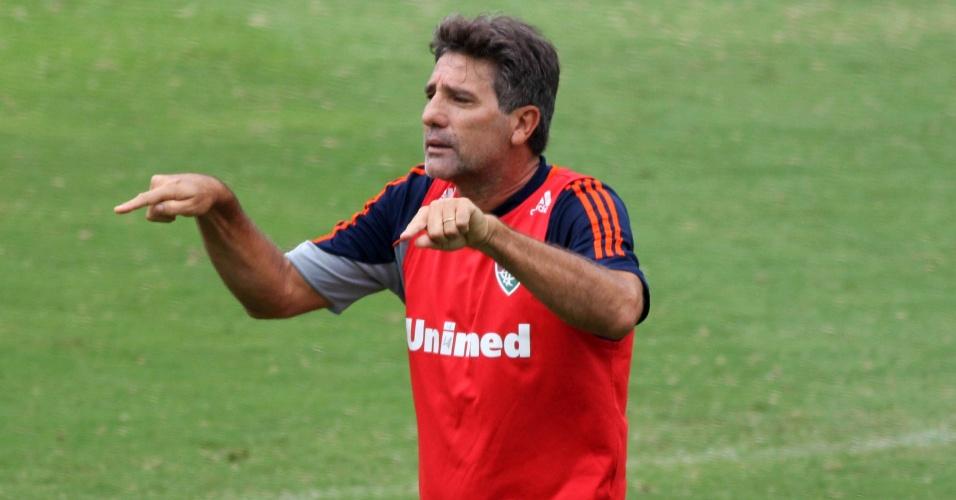 26.mar.2014 - O técnico Renato Gaúcho participa de rachão do Fluminense nas Laranjeiras
