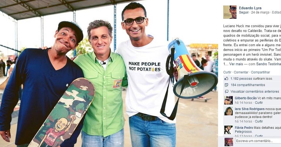 Luciano Huck tira foto ao lado de Sandro Testinha (esq) e Eduardo Lyra em gravação de quadro para o Caldeirão do Huck
