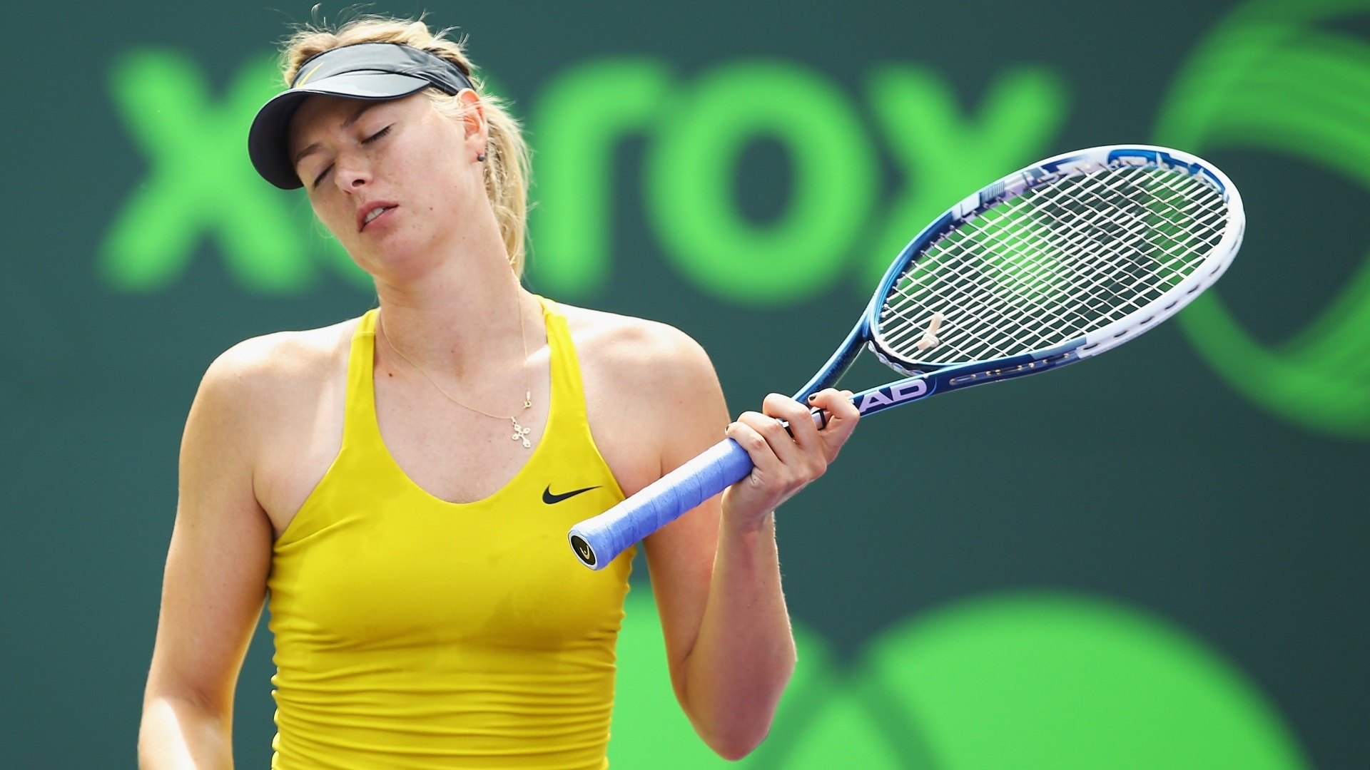 27.mar.2014 - Maria Sharapova se aborrece durante serviço no Premier de Miami
