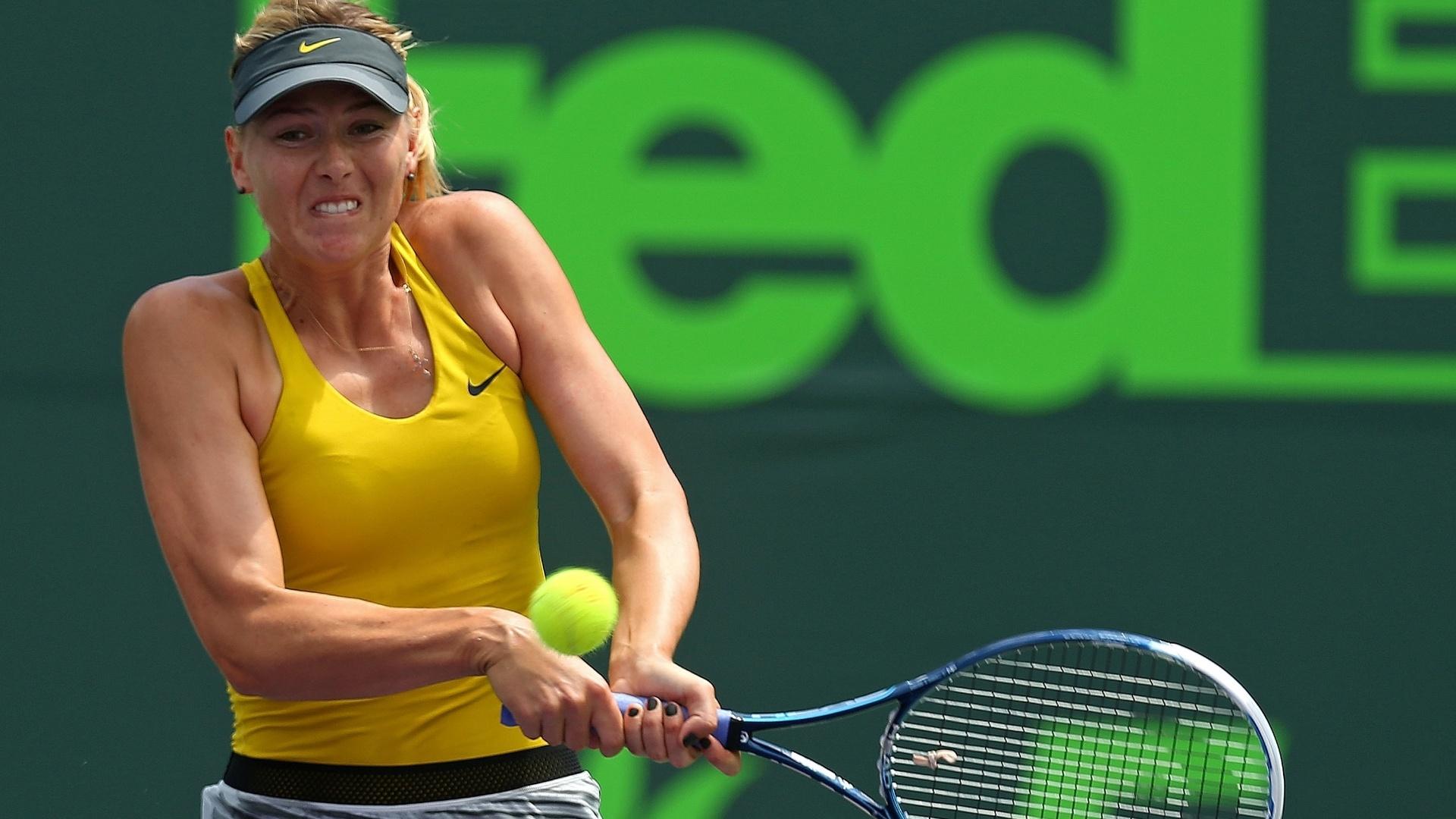 27.mar.2014 - Maria Sharapova se esforça para rebater bola de Serena Williams no Premier de Miami