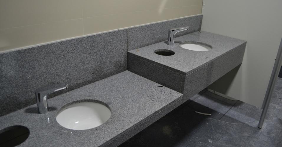 27.mar.2014 - Pias são instaladas nos banheiros da nova Arena da Baixada