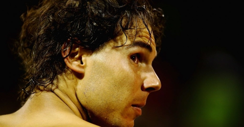 27.mar.2014 - Rafael Nadal troca de camisa durante intervalo de sets no duelo com Milos Raonic em Miami