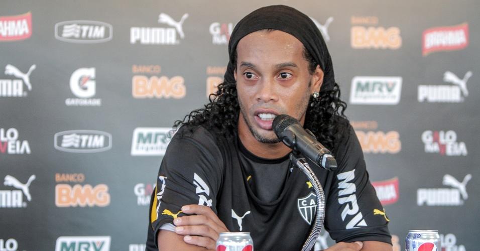 28 mar. 2014 - Ronaldinho Gaúcho, do Atlético-MG, concede entrevista coletiva na Cidade do Galo