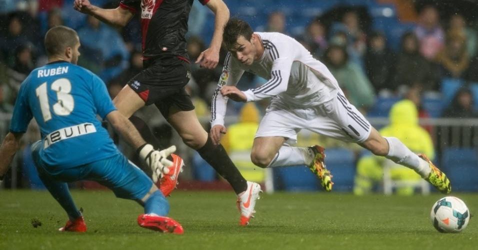 29.mar.2014 - Bale chuta o próprio pé e cai no chão em lance do duelo entre Real Madrid e Rayo Vallecano