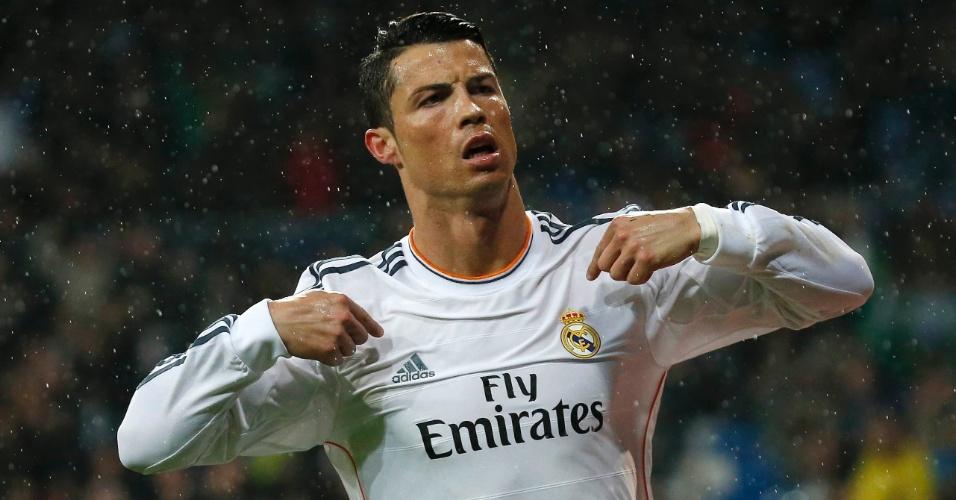29.mar.2014 - Português Cristiano Ronaldo faz seu tradicional gesto de