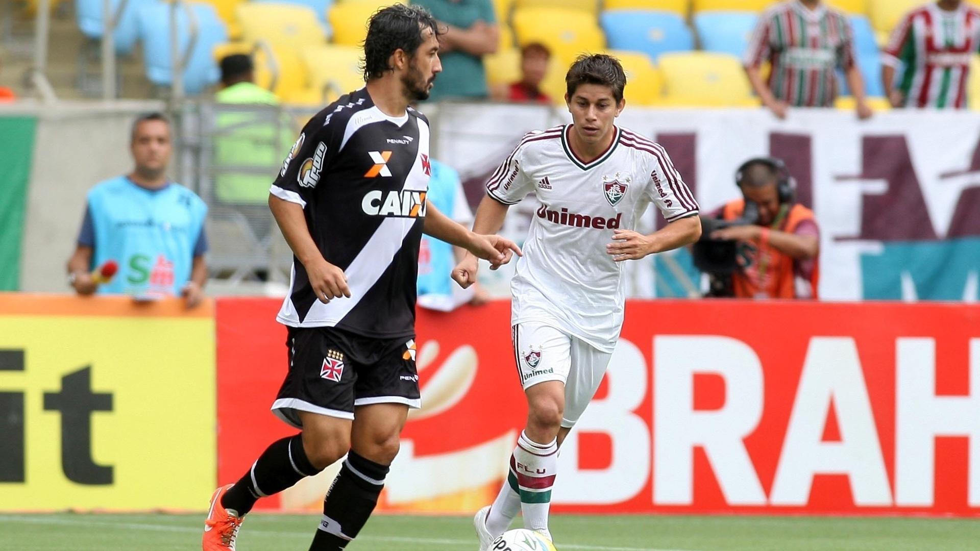 30.mar.2014 - Douglas (esq.) e Conca disputam lance da partida entre Fluminense e Vasco pela semifinal do Campeonato Carioca