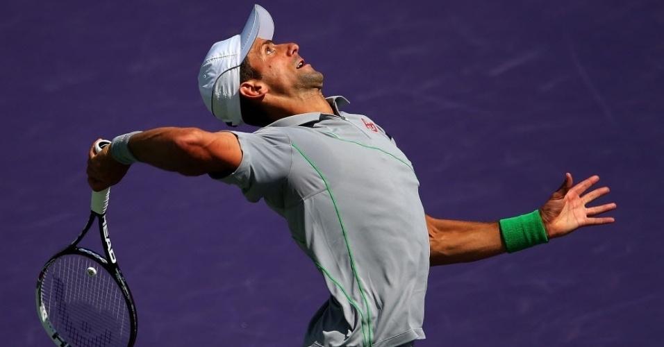 30.mar.2014 - Novak Djokovic faz pose para sacar no 1° set da decisão de Miami