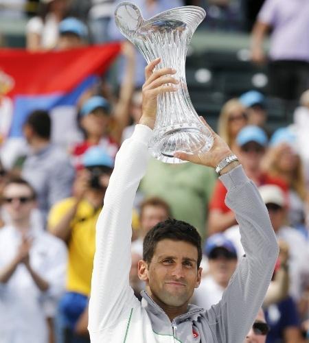 30.mar.2014 - Novak Djokovic levante o troféu de Miami após derrotar Nadal por duplo 6-3 na decisão