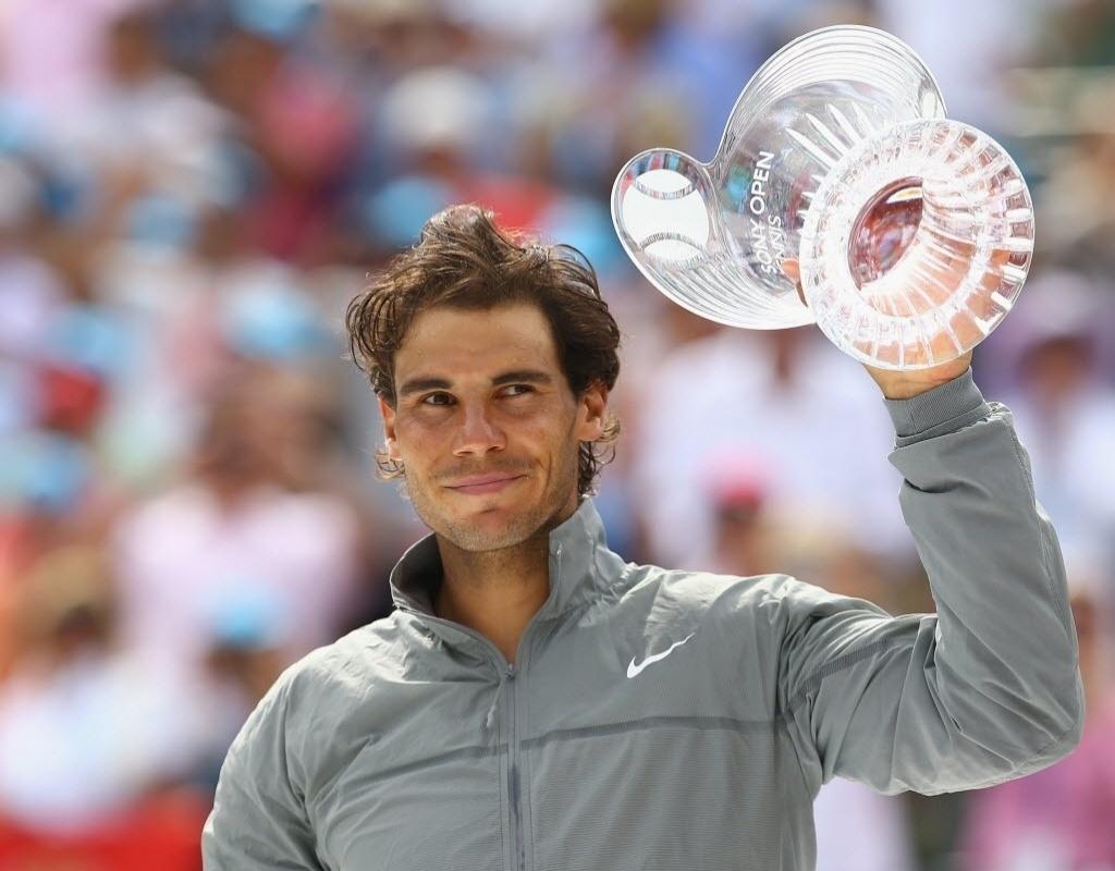 30.mar.2014 - Rafael Nadal mostra seu troféu de vice-campeão do Masters 1000 de Miami