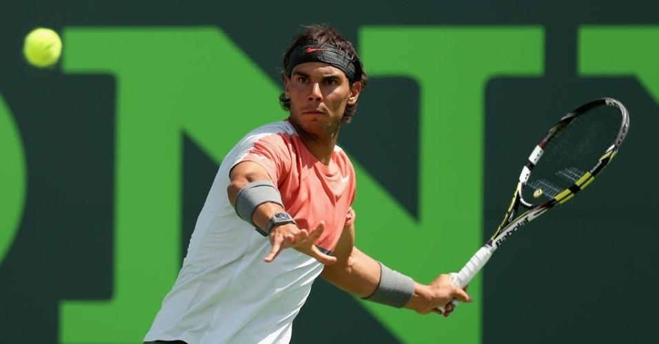 30.mar.2014 - Rafael Nadal se prepara para rebater bola de Novak Djokovic, durante final do Masters 1000 de Miami