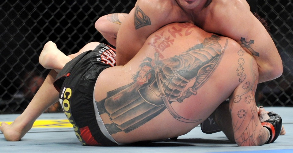 Chris Leben exibe não só cabelos vermelhos, mas diversas tatuagens pelo corpo. O destaque fica pelas costas, com um desenho oriental e uma cabeça degolada