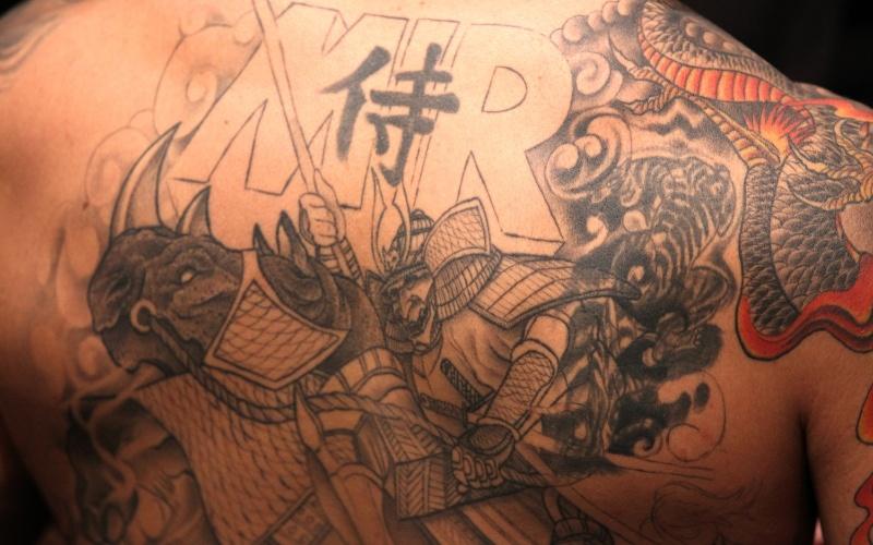 Frank Mir tem uma das melhores tatuagens do mundo do MMA, com o desenho irado de um samurai enorme em suas costas, além de um dragão no braço