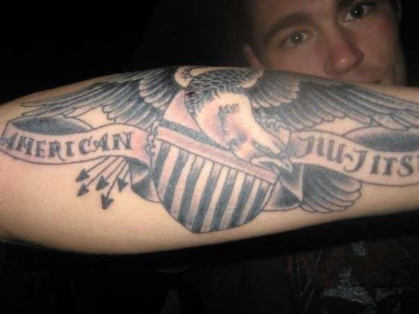 Jake Shields, que recentemente venceu Demian Maia no UFC de Barueri, tatuou no braço a mensagem